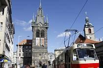 DOMINANTOU UŽ NĚKOLIK STALETÍ. Gotická věž má v nejvyšším patře zvonkohru, kterou jinde v Eropě nenajdete. Dokáže zahrát více než 1100 melodií.