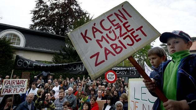 V Klánovicích u Prahy protestovali 4. května odpůrci výstavby golfového hřiště na území obce.
