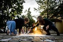 Malování křížů na náměstí v Průhonicích