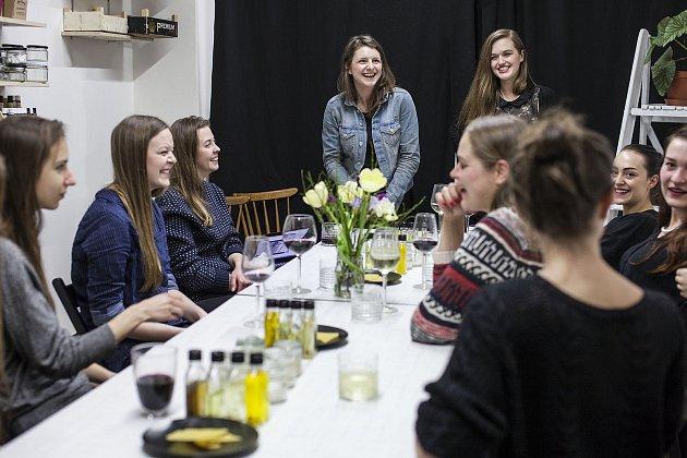 Dvě mladé Pražačky, které sblížila vize kvalitní výroby domácí kosmetiky. Petra Herzová (30) a Tereza Máčelová (34) před několika lety opustily svoje dosavadní zaměstnání a společně založily kurzy nazvané Liška Mazaná.