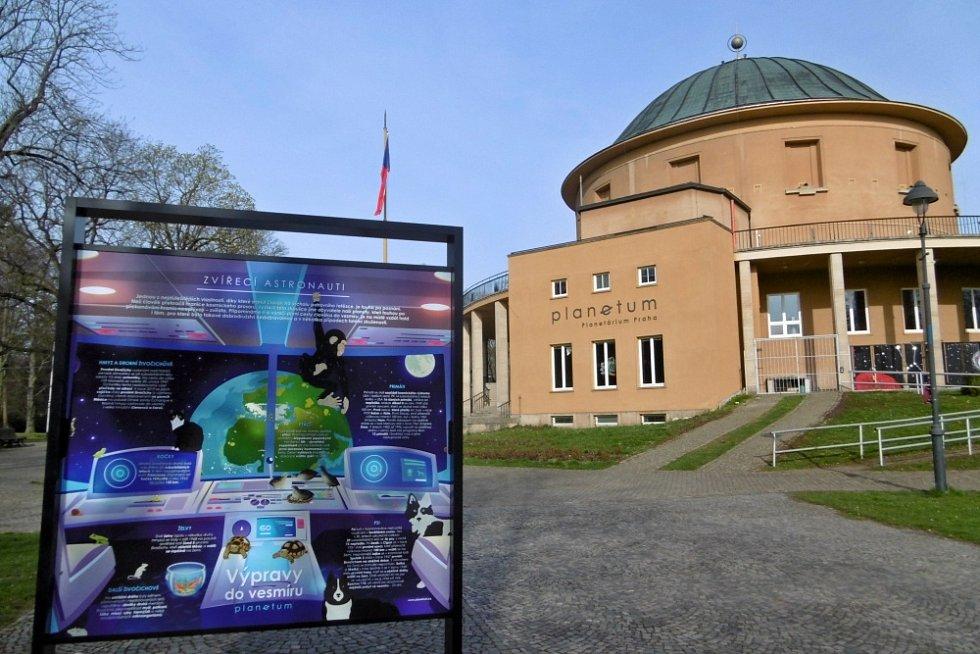 Při toulkách Stromovkou si  můžete prohlédnout venkovní výstavu k výročí prvního letu člověka do vesmíru.