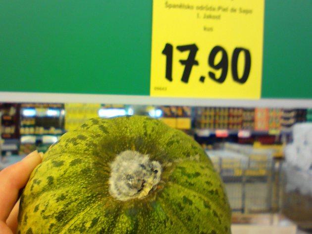 PLESNIVÝ MELOUN. I zákazníci renomovaných supermarketů mohou být ohroženi na zdraví.