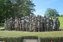 Pohled na bronzové sousoší lidických dětí, celoživotní dílo akademické sochařky Marie Uchytilové.
