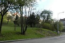 V ulici Na Pláni v Praze 5 měla vyrůst více než desítka domů.
