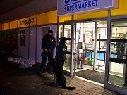 Ozbrojený pachatel přepadl prodejnu Albert v Praze 10.