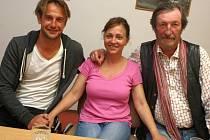 Režisér a scénárista filmu Domácí péče Slávek Horák s herci Alenou Mihulovou a Bolkem Polívkou.