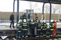 NA MÍSTĚ MRTVÝ. Mladíka, sedícího na hraně nástupiště, strhl projíždějící vlak.