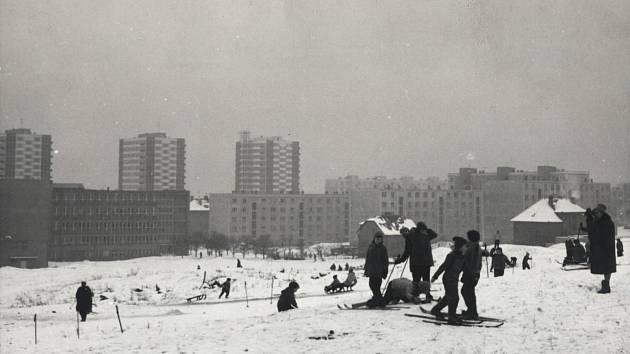 ZIMA 1965. Zimní pohled na sídliště Malešice z místa budoucího Malešického parku.