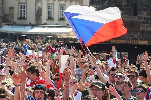 Na Staroměstském náměstí sledovaly čtvrtfinálové utkání mistrovství světa v ledním hokeji Česko - USA stovky fanoušků.