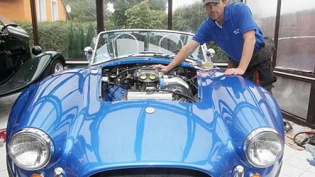 Je za tím neskutečné množství práce, ale dá se to dokázat, říká šéf Kit¬Caru Václav Bohuslávek o tajemství svého úspěchu. Za ním se skrývají splněné sny mnoha motoristických fandů, jak dokládá i legendární AC Cobra, kterou staví ve své dílně.