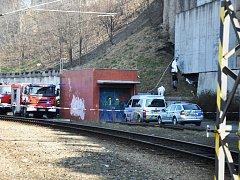 Policie a hasiči na místě nálezu ohořelého těla bezdomovce.