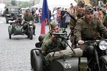 K výročí konce 2. světové války se odehrával dnes již pátý ročník Slavností na Dejvické. Těch se účastnil vojenský veterán armádní generál Tomáš Sedláček a členové klubu vojenské historie.