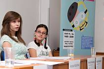 Do projektu v boji se šikanou se přihlásila Monika Šmolcnopová (vlevo) a Anežka Krutská ze Základní školy Františka Josefa Řezáče z Litně na Berounsku.
