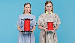 Návrhářky Ester a Josefína představí svá trička se vztahovými hláškami