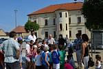 Vypuštění zachráněného výra velkého zpět do přírody v Dolních Břežanech. Zahájení akce na nádvoří za obecním úřadem.