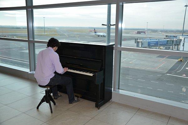 """Ve čtvrtek odpoledne bylo na Letišti Václava Havla Praha umístěno piano pro veřejnost vrámci akce """"Piana na ulici"""""""