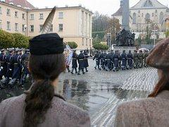 POCTA LEGIONÁŘŮM. Prezident spolu s čelnými představiteli státu uctil v den devadesátého výročí vzniku Československé republiky památku legionářů.