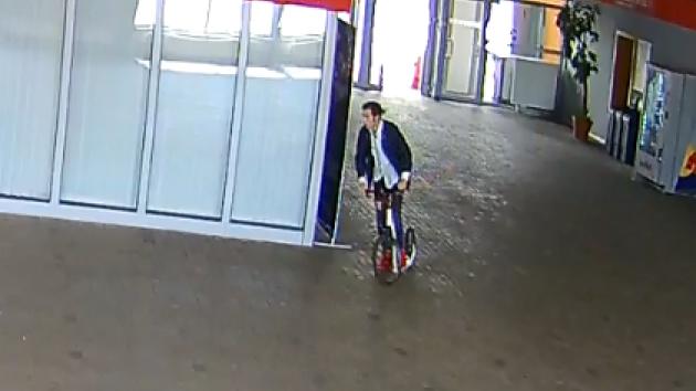 Policie hledá muže, který ukradl tři koloběžky.