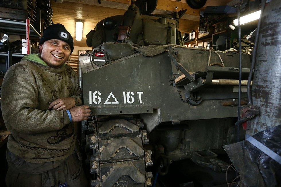 """Americký tank M4 Sherman patří Pavlu Roglovi. Mechanikem je Jan """"Jelly"""" Šulc."""