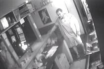 Popíjející host se změnil v lupiče, z baru odnesl desítky tisíc