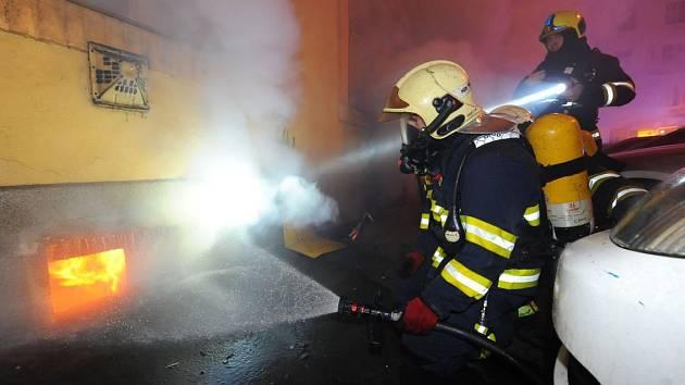 Požár sklepa ve Vršovicích.