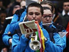 Velikonoční trhy v srdci české metropole v sobotu roztančila dechová hudba. Na dvě stovky hudebníků v doprovodu mažoretek prošlo v průvodu centrem Prahy a společně si zahrálo na pódiu Staroměstského náměstí.
