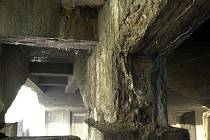 Zvětralý betonový pilíř Libeňského mostu nebudí zrovna důvěru. Zčásti už zub času obnažil i ocelovou výztuž.