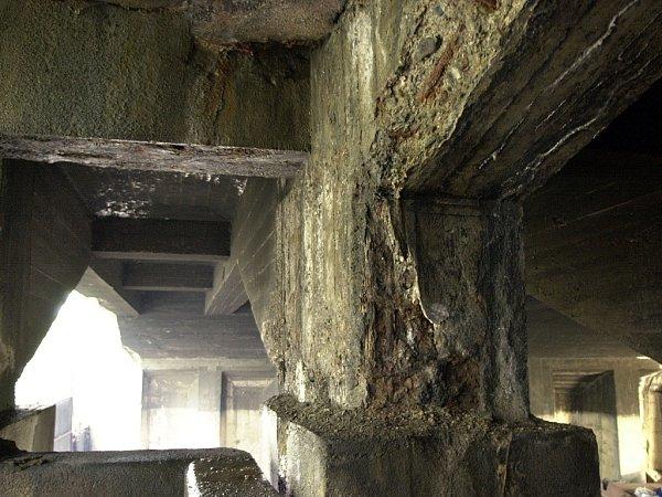 Zvětralý betonový pilíř Libeňského mostu nebudí zrovna důvěru. Zčásti už zub času obnažil iocelovou výztuž.
