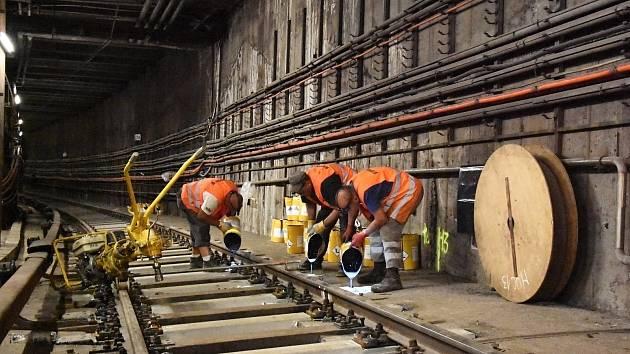 Dopravní podnik mění na trase C metra vysloužilé dřevěné pražce za železobetonové.