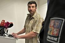 S objasněném vraždy manželského páru seniorů, která se loni na sklonku ledna stala v pražských Stodůlkách a policisté se o ní dozvěděli v polovině února, seznámil novináře šéf oddělení vražd Josef Mareš.