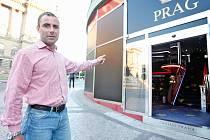 Přesně takto to nemá vypadat, ukazuje autor protihazardní vyhlášky Lukáš Manhart u provozovny na Václavském náměstí v Praze. Poutače tu sice z výloh odstranili, ale dveře jsou otevřené stále.