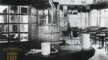 Jedna z mála dochovaných fotografií, podle kterých se podařilo na začátku nového milénia Grand Cafe Orient obnovit.