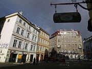 NA ŠESTCE UŽ BLIKAJÍ TŘI. Snímek zachycuje přechod v ulici Jugoslávských partyzánů, na kterém se úprava osvědčila.