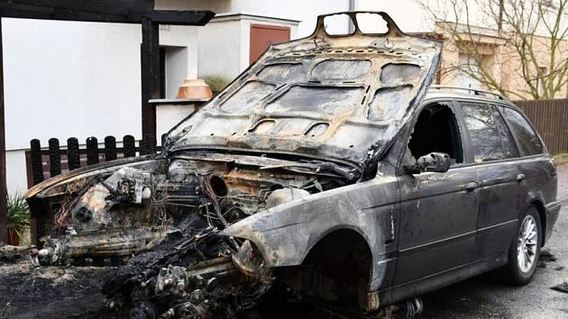 Ve Velké Chuchli zahynul muž v hořícím automobilu.