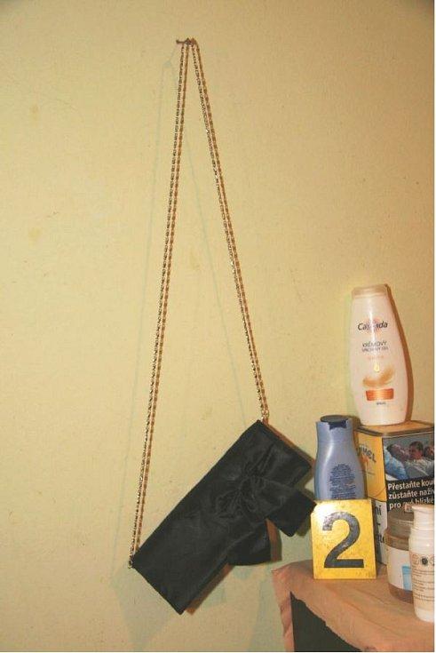 Kabelka nalezená v bytě podezřelého.