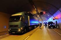 V Cholupickém tunelu na Pražském okruhu došlo ve středu k nehodě pěti kamionů.