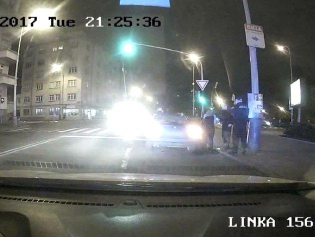 Policisté ošetřili zraněnou řidičku.