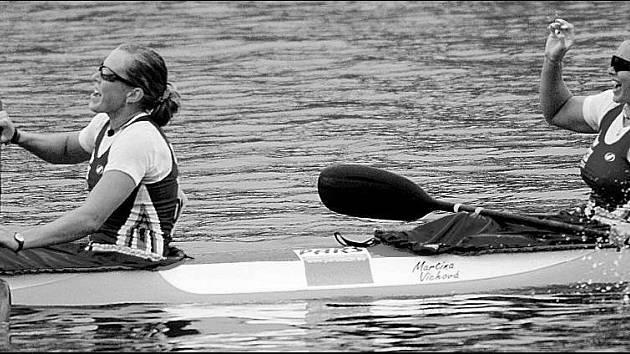 Takhle se těšily Karolína Kumžáková (vlevo) s Martinou Víchovou v cíli juniorského světového šampionátu.