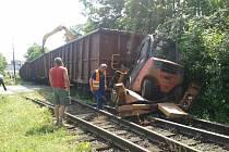 Vozy nákladní soupravy naložené železem nekontrolovaně vyjely z firemní vlečky a dva z nich z nich vykolejily.