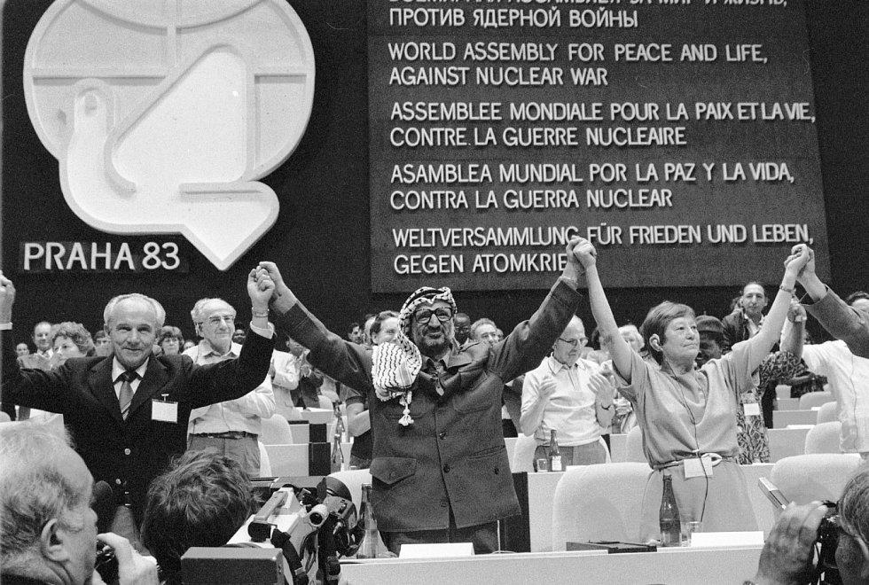 Spolupředseda Světového shromáždění za mír a život proti jaderné válce Tomáš Trávníček, šéf organizace pro osvobození Palestiny a oblíbenec komunistů Jásir Arafat a generální tajemnice Mezinárodní ženské ligy za mír a svobodu Edith Ballantyneová na Fóru s