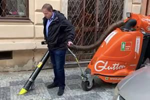 Starosta Prahy 3 Jiří Ptáček (TOP 09) se vydal s pracovníky Pražských služeb do žižkovských ulic uklízet psí výkaly.
