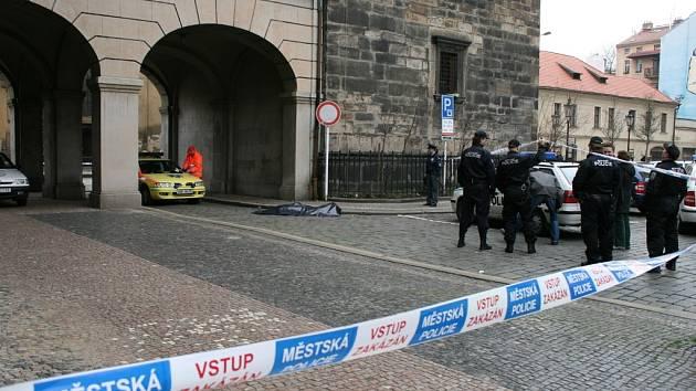 Z okna Jindřišské věže v centru Prahy před polednem zřejmě skočil sebevrah.