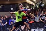 Momentka z finálového duelu MČR ve squashi v pražské Galerii Harfa.