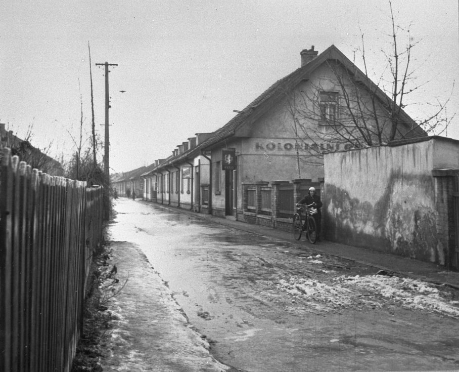 Odstrašující případ. Nouzové kolonie, včetně té prosecké, ještě dlouho sloužily komunistickému režimu jako odstrašující případ obyvatelstvu a dokazoval na nich neschopnost první republiky postarat se o pracující lid.