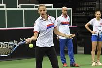 Kapitán Petr Pála (uprostřed) dohlíží na přípravu českých tenistek. Na snímku jsou Karolína Plíšková a Lucie Šafářová.