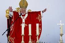 Papež žehná poutníkům.
