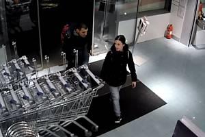 Policie hledá podezřelé z krádeže parfémů na Zličíně.