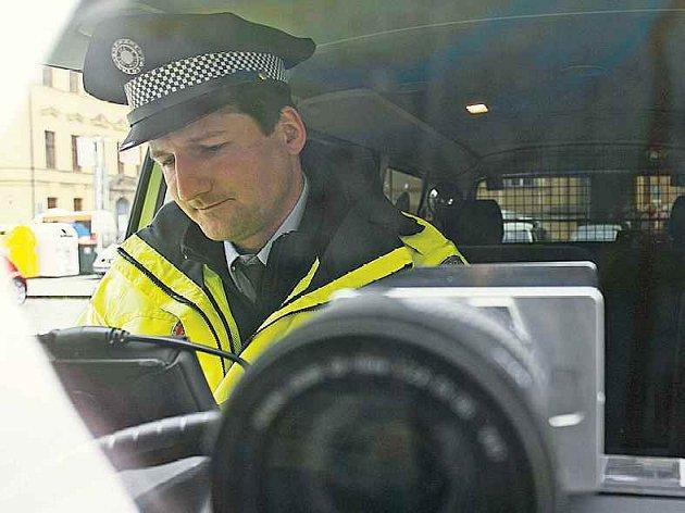 Radary na policejních autech. Pražská radnice poskytla městské policii auta vybavená mobilními měřícími jednotkami.