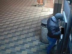 U bankomatu postupně použil všechny platební karty, které v kabelce nalezl.