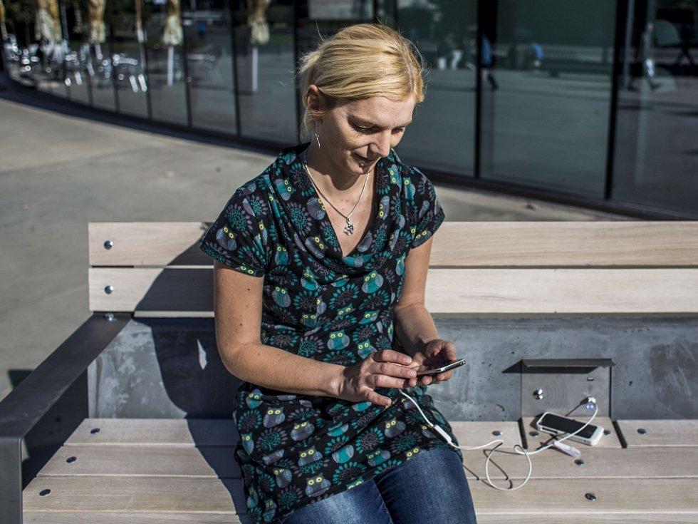 Chytrá lavička, která umí dobít mobilní zařízení, byla představena v úterý 29. září 2015 v Praze. Využívá jen solární energii a dokáže dobít telefony, tablety, čtečky, fotoaparáty, poskytnout internetové připojení či monitorovat znečištění ovzduší.